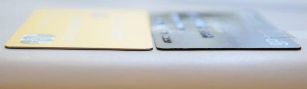 ラグジュアリーカードの厚みは通常カードと同じ
