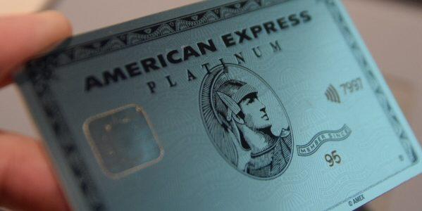 アメックスのプラチナ・カード、金属の「メタルカード」を発行開始