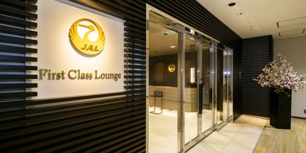 JAL、ファーストクラスラウンジで位置検知テクノロジーを活用した新たなサービス「JAL Lounge+」の実証実験を開始