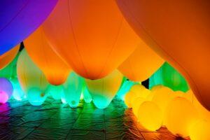 常に色が変わる気球