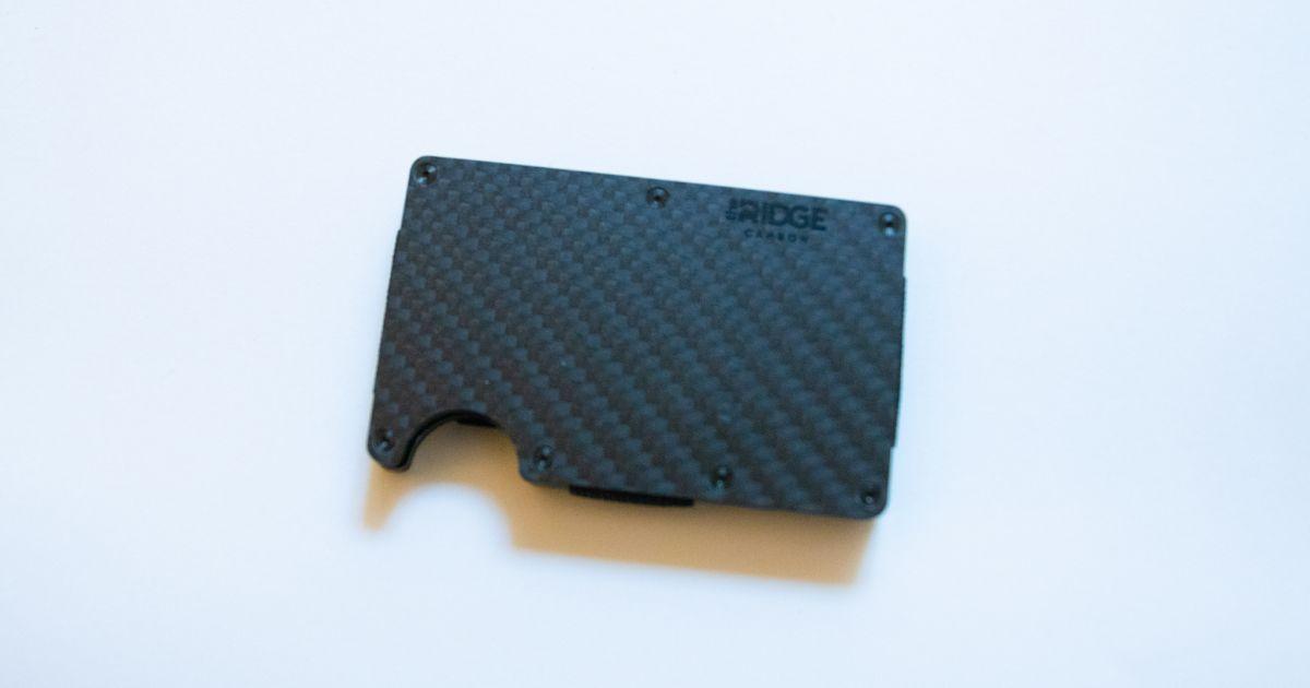 エンボスなしのクレジットカードはスタイリッシュ? 複数枚のカードを束ねるとスタイリッシュさがわかる!