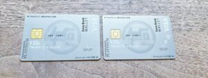 タカシマヤプラチナデビットカード(左)と外商デビットカード(右)